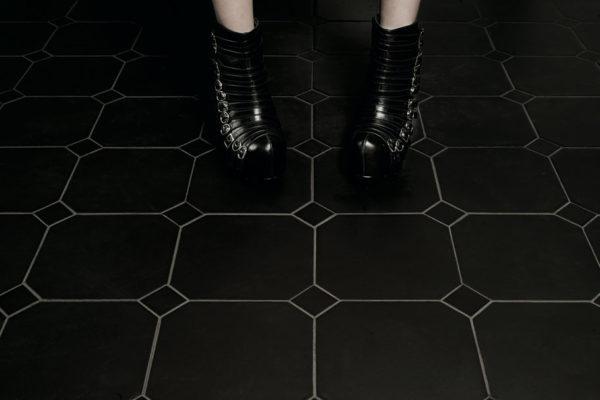 Valmori-ceramica-design-collezioni-tradizionale-LE-CRETE-CLASSIC-octagon-terra-nera-1